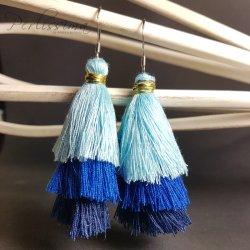 Quastenohrringe in Blautönen